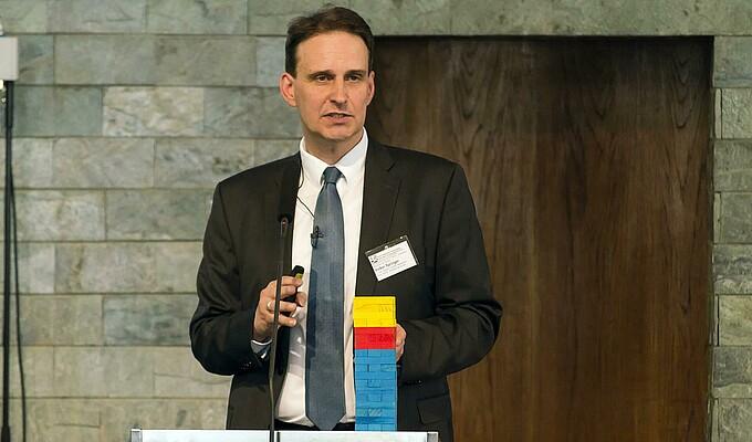 Volker Springer erläutert die Bundesfinanzen