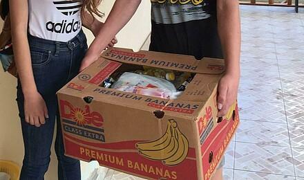 Teenager helfen beim Packen des Lebensmittelpakets