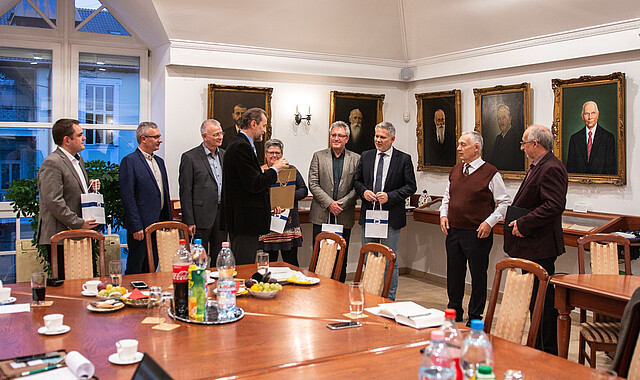 János Papp überreicht Gästen ein Neues Testament auf Ungarisch
