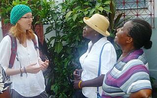 Stefanie Fischer im Gesprach mit Verantwortlichen der Frauenarbeit Haiti